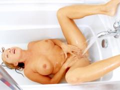 Busty Housewife Gets Off On The Water Spray From Her Bath Tu...