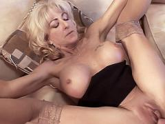 Mature MILF Lexi Carrington Gets Her Pussy Stretched Having ...